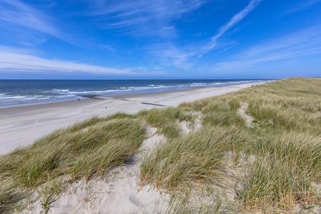 duna: Playa tranquila y las dunas en la isla de Wadden en los Países Bajos Foto de archivo