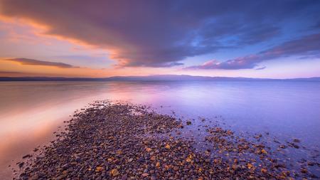 Cuatro elementos de la tierra del agua, aire y fuego combinados en una salida del sol en la isla mediterránea de Lesbos, Grecia