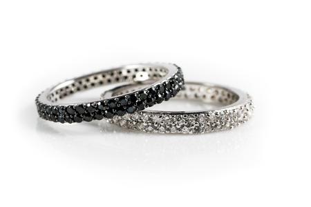 diamante negro: anillos de compromiso en blanco y negro como un concepto para un matrimonio mixto carreras