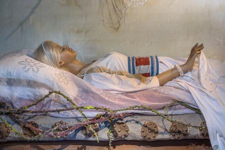 Cuento de hadas de la bella durmiente en una cama que espera al príncipe para besarla despierto Foto de archivo