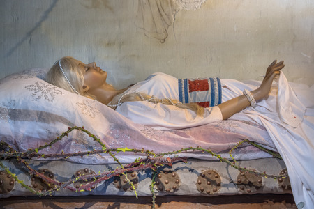 Sleeping Beauty conte de fée sur un lit d'attente pour le prince de l'embrasser éveillé Banque d'images