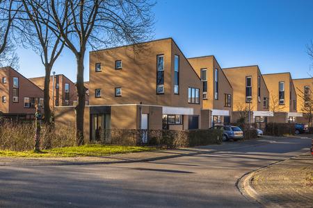 middle class: casas de familia de clase media en una zona residencial cerca de Groningen, Países Bajos
