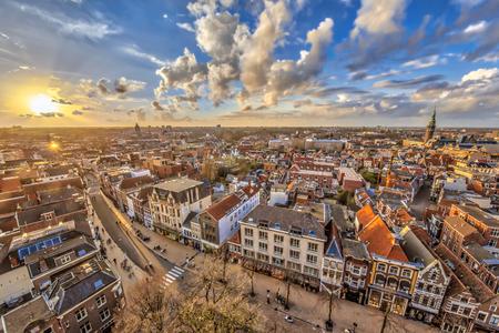 Luchtfoto uitzicht over het historische deel van Groningen stad bij zonsondergang