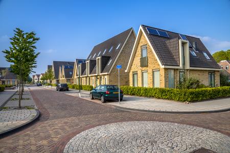 Hedendaagse eengezinswoningen in woonstraat in middelgrote stad in Friesland Stockfoto