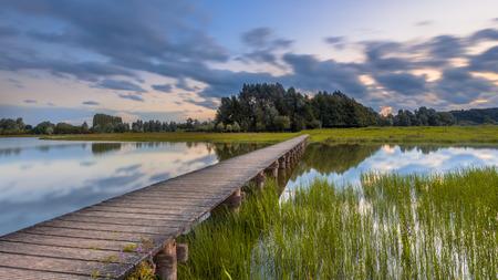 自然の中の挑戦のための概念として木造歩道橋の長時間露光画像予約・ デ ・ Blauwe、Betuwe オランダのワーヘニンゲン近くカメール