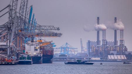 Paysage du port industriel de Rotterdam europoort avec des navires de déchargement et des usines en activité