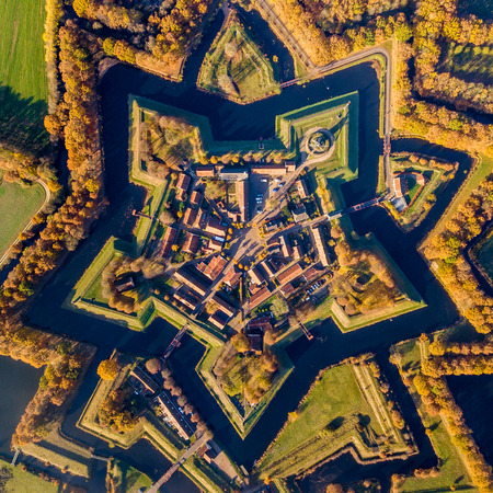 Aerial view of Fortification village of Bourtange. This is a historic star shaped fort in the Province of Groningen seen from above in autumnal colors Standard-Bild - 119676199