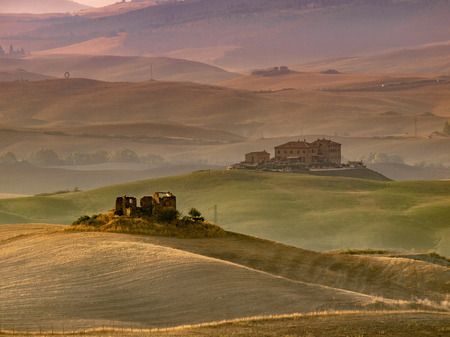 Sunrise over Farms in Hilly Countryside in Tuscany, Italy Stockfoto