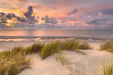 Zonsondergangmening van duin over Noordzee en Kanaal in Zeeland, Nederland