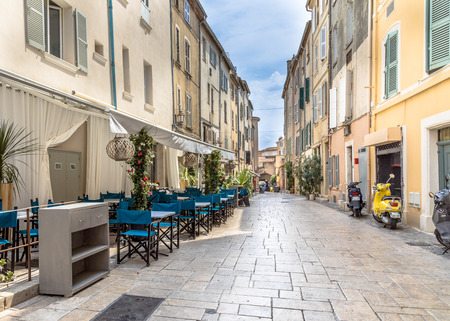 Street with restaurant  and terrace in town of Saint Tropez Cote d'Azur, Southern France Standard-Bild