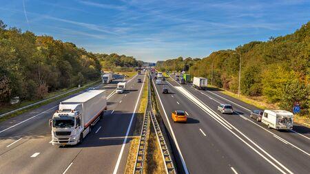 Por la tarde el tráfico motorizado en la autopista A12 visto desde arriba. Esta es una de las carreteras más transitadas de los Países Bajos.