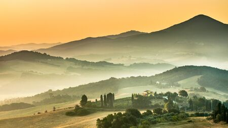 Tuscany Village Landscape near Pisa on a Foggy Morning, Italy Standard-Bild - 130816834