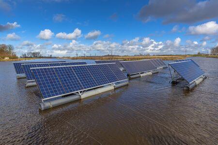 Los paneles solares que flotan en los lagos pueden representar una alternativa seria a los sistemas solares montados en el suelo Foto de archivo