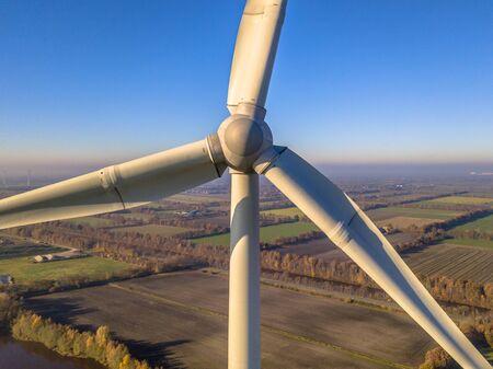 Bliska widok z lotu ptaka wirnika i gondoli turbiny wiatrowej w niemieckiej wsi w słoneczny dzień
