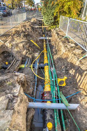 Câbles, tuyaux et égouts bien organisés et organisés sous la passerelle piétonne lors de la rénovation du système d'infrastructure. Pays-Bas