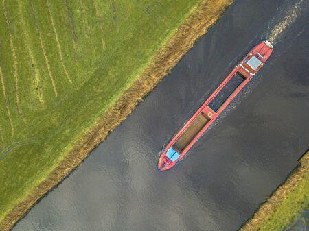 Vue de haut en bas sur le navire de fret intérieur dans le canal néerlandais
