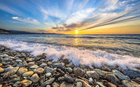 Onde del mare Mediterraneo che si infrangono sulla spiaggia di ciottoli vicino a Farinole Cap Corse, Corsica, France