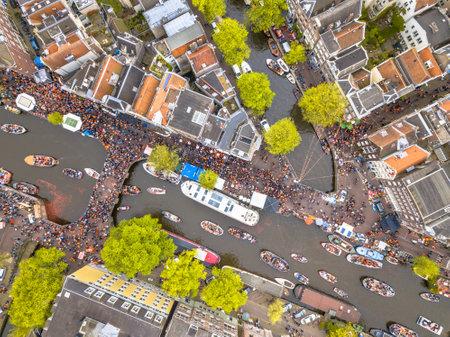 阿姆斯特丹国王节庆典上的运河船游行。国王的生日。从直升机。