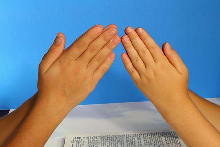 mains pri�re: en priant les mains sur bleu
