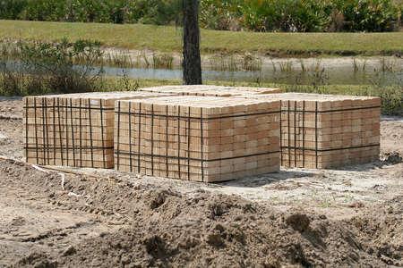 adoquines: adoquines en una obra de construcci�n con el lago