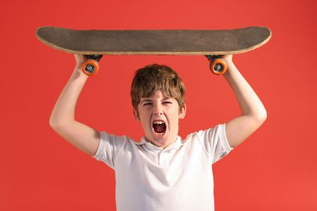 ni�o en patines: patineta gritar