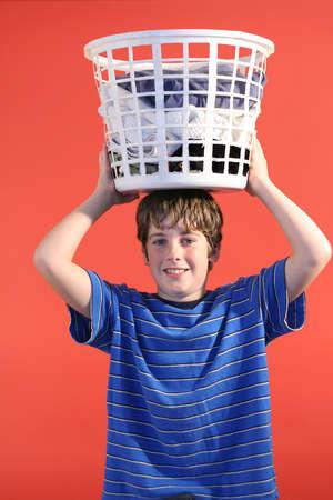 Muchacho con canasta de lavandería en la cabeza vertical  Foto de archivo - 802174