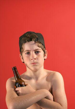 peer to peer: cabrito del punky con una cerveza Foto de archivo