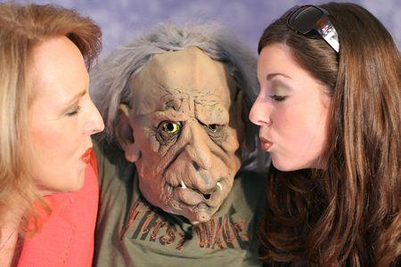 mujer fea: hermosa mujer besa un monstruo
