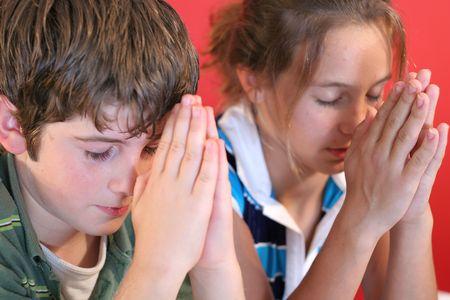 ni�o orando: chico y chica orar juntos