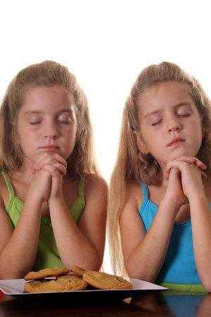 ni�as gemelas: Gemelas id�nticas de las ni�as diciendo Grace  Foto de archivo