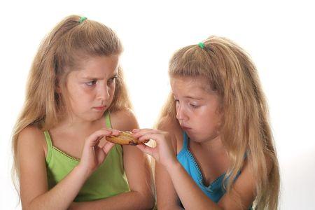 twee kinderen vechten cookie Stockfoto