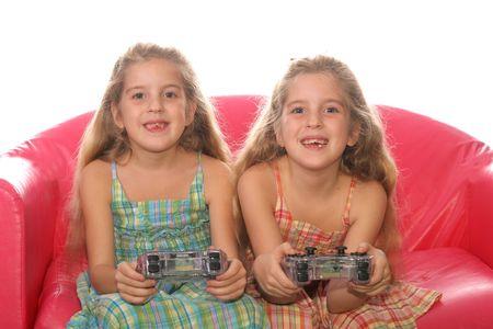 ni�os jugando videojuegos: ni�os que juegan juegos de video  Foto de archivo