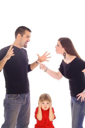 mujeres peleando: padres luchando y ni�o atrapado entre