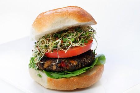 Champignon veggie burger met sprouts Stockfoto