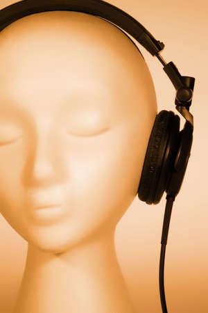 nakładki: Kobieta mannequin głowy słuchania muzyki z pomarańczowej nakładkę