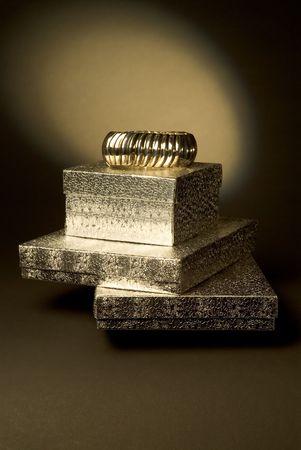 generoso: Golden brazalete en el brazo superior de cajas apiladas de regalo  Foto de archivo