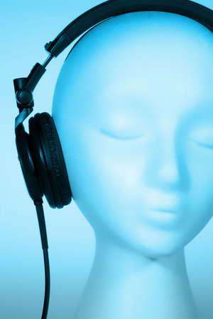 Weibliche Schaufensterpuppe Kopf H�ren von Musik mit blau-Overlay