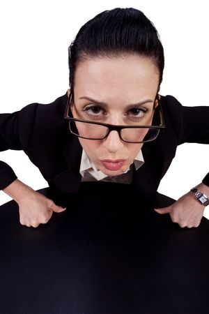 Frau, die sich innen mit ernstem Blick lehnt; Lizenzfreie Bilder