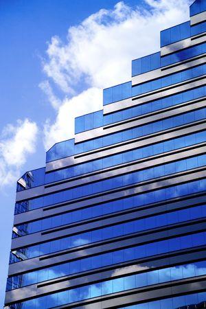 Moderne Firmengeb�ude mit blauem Himmel und Wolken