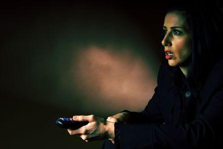 votaciones: Mujer mirando una pel�cula de miedo en la TV  Foto de archivo