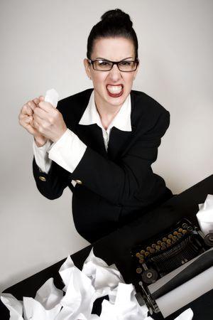 Retro-Business Frau mit Jahrgang Schreibmaschine crumpling ein Papier