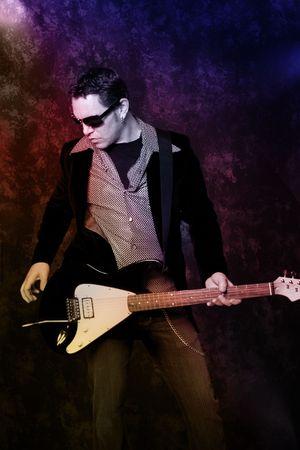 Mannelijke gitarist met elektrische gitaar op grunge achtergrond