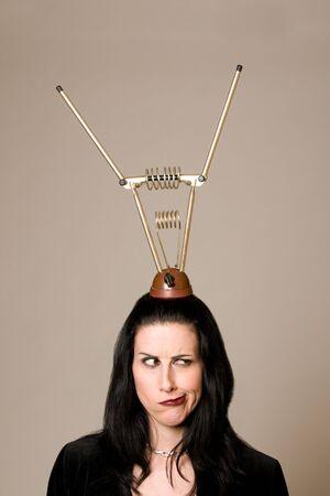 Frau mit Retro-Antenne auf dem Kopf suchen zweifelhaft