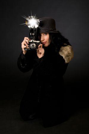 Retro-Stil weiblichen Fotografen mit Vintage-Kamera und Blitz