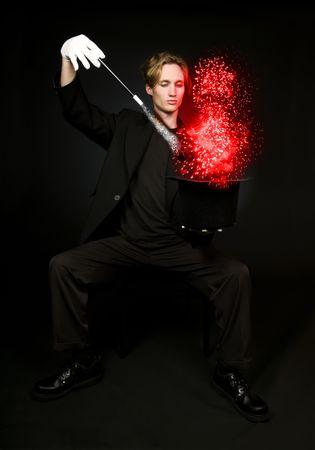 若い男性の魔術師マジックのトリックを実行します。