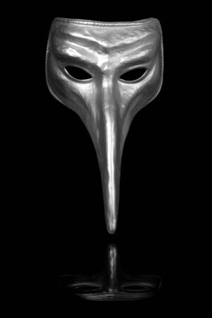Zilveren lange neus renaissance masker geïsoleerd op zwarte achtergrond Stockfoto