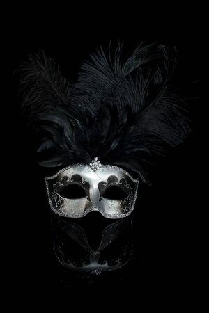 mascara de carnaval: Negro plata m�scara de carnaval veneciano con plumas aisladas sobre fondo negro Foto de archivo