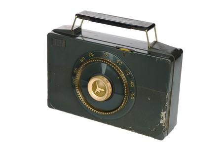 白い背景で隔離のビンテージ ・ レトロなポータブル ラジオ