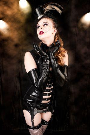 Sexy Cabaret B�hne ausf�hrenden tragen ein Fantasy-Latex Dessous-Kost�m