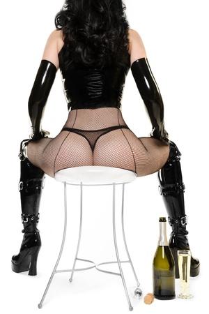 Party Time - Sexy Frau mit Champagner sitzen auf Stuhl Lizenzfreie Bilder